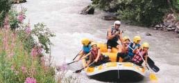 Groupe faisant du raft sur un fleuve vers Serre Chevalier