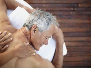 Personne recevant un massage lors de l'Atelier Ahimsa sur Serre Chevalier