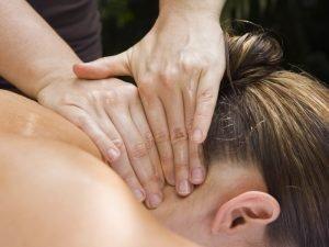 Massage de la nuque à Serre Chevalier à l'Hotel Alliey