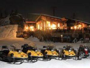 Scooters des neiges garés devant une piste de glace, Trophée Andros