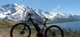 Vélo électrique face à une montagne