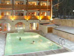 Hiver, piscine extérieur sur Serre Chevalier de l'Hotel Alliey