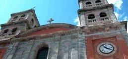 Contre plongée d'une église lors de vos activités culturelles vers Serre Chevalier