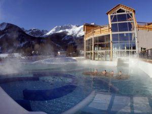 Personne se baignant dans piscine extérieur des bains de Monêtier