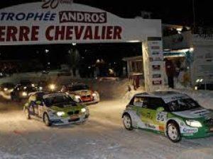 Voiture roulant sur le circuit de glace du Trophée Andros à Serre Chevalier