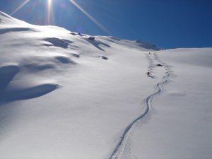 Un skieur freeride sur les pentes des Alpes lors de vos activités hivernales à Serre Chevalier