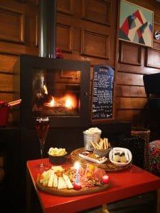 Bar a vin autour de la cheminée Alliey Hotel serre chevalier